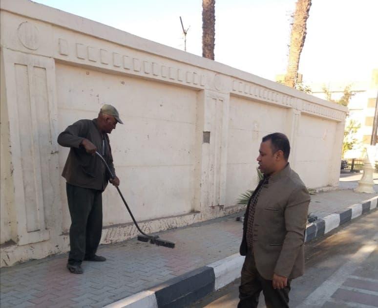 حملة نظافة مكبرة وغسيل الأرصفة بشوارع حى وسط مدينة الأقصر