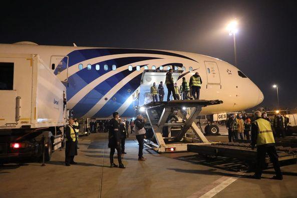 """وصول الشحنة الثالثة من لقاح كورونا الصيني """"سينوفارم"""" إلى مطار القاهرة"""