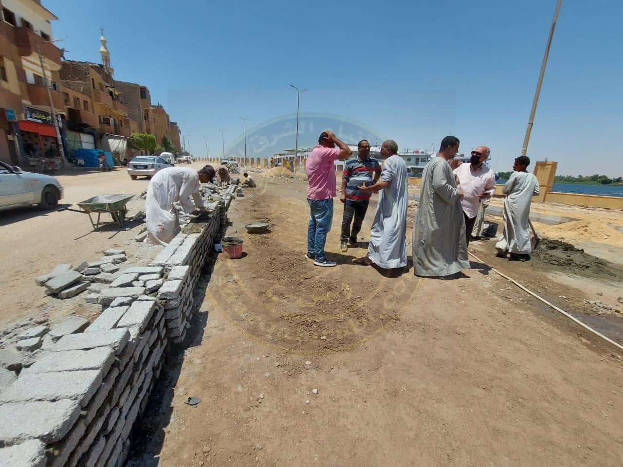 رئيس مدينة إسنا يتفقد أعمال رصف نهاية طريق طراد النيل بجنوب الأقصر